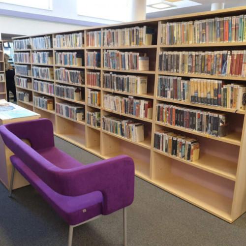 Obrázek interiéru knihovny